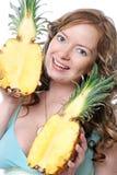 Mulher nova bonita com abacaxis Foto de Stock Royalty Free