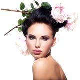 Mulher nova bonita com as flores no cabelo Fotografia de Stock Royalty Free
