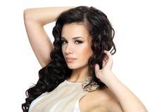 Mulher nova bonita com cabelo curly longo da beleza. Fotografia de Stock