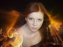 Mulher nova bonita com cabelo vermelho longo foto de stock royalty free