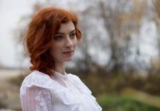 Mulher nova bonita com cabelo vermelho Retrato Foto de Stock Royalty Free