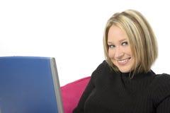 Mulher nova bonita com computador portátil imagem de stock