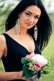 Mulher nova bonita com flor foto de stock royalty free