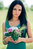 Mulher nova bonita com flor fotografia de stock royalty free