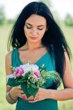 Mulher nova bonita com flor imagem de stock royalty free