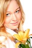 Mulher nova bonita com flor do lírio Imagens de Stock