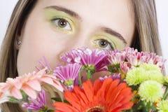 Mulher nova bonita com flores Fotografia de Stock Royalty Free