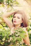 Mulher nova bonita com flores da mola Foto de Stock