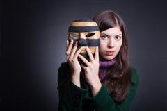 mulher nova bonita com máscara. imagens de stock