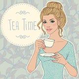 Mulher nova bonita com o copo do chá ilustração do vetor