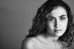 Mulher nova bonita com o hai curly longo Imagem de Stock Royalty Free