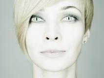 Mulher nova bonita com olhos de gato Fotografia de Stock