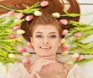 Mulher nova bonita com tulips Fotografia de Stock