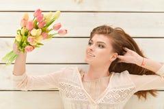 Mulher nova bonita com tulips Foto de Stock