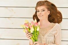 Mulher nova bonita com tulips Imagens de Stock Royalty Free