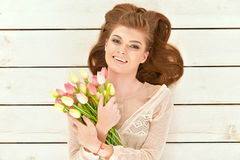 Mulher nova bonita com tulips Imagem de Stock Royalty Free