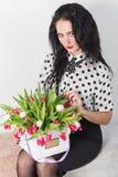 Mulher nova bonita com um ramalhete das flores Imagem de Stock