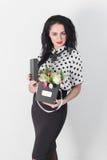 Mulher nova bonita com um ramalhete das flores Fotografia de Stock Royalty Free
