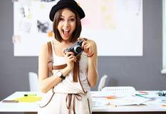 Mulher nova bonita com uma câmera Foto de Stock Royalty Free