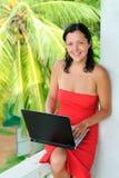 Mulher nova bonita de sorriso com portátil Foto de Stock