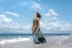 Mulher nova bonita do boho que anda pela linha da costa com Imagem de Stock