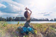 Mulher nova bonita do boho que senta-se na grama fora Fotografia de Stock Royalty Free