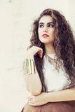 Mulher nova bonita do cabelo encaracolado Menina elegante e encantador Imagem de Stock Royalty Free