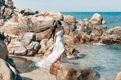 Mulher nova bonita do estilo do boho no vestido branco Imagens de Stock Royalty Free