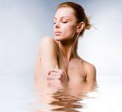 Mulher nova bonita do retrato na água Fotografia de Stock