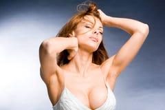 Mulher nova bonita do retrato que aprecia o vento Foto de Stock