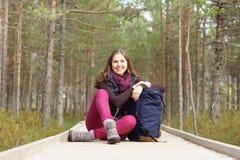 Mulher nova, bonita e feliz que anda na floresta imagem de stock royalty free