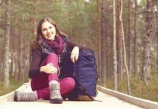 Mulher nova, bonita e feliz que anda no acampamento da floresta, advento imagens de stock royalty free
