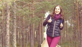Mulher nova, bonita e feliz que anda no acampamento da floresta, advento fotografia de stock royalty free