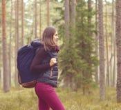 Mulher nova, bonita e feliz que anda no acampamento da floresta, advento imagens de stock