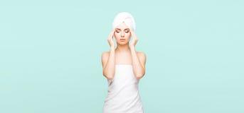 Mulher nova, bonita e natural envolvida na toalha sobre vagabundos cianos Fotografia de Stock Royalty Free