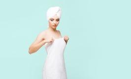 Mulher nova, bonita e natural envolvida na toalha sobre vagabundos cianos Imagem de Stock
