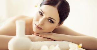 Mulher nova, bonita e saudável no salão de beleza dos termas Ori tradicional Imagens de Stock Royalty Free