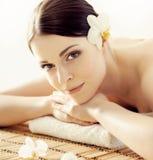 Mulher nova, bonita e saudável no salão de beleza dos termas Ori tradicional Imagem de Stock