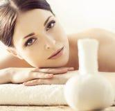Mulher nova, bonita e saudável no salão de beleza dos termas Ori tradicional Fotos de Stock Royalty Free