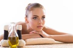 Mulher nova, bonita e saudável que relaxa no salão de beleza dos termas Fotos de Stock Royalty Free