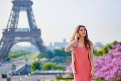 Mulher nova bonita em Paris Fotos de Stock Royalty Free