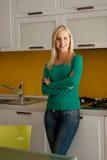 Mulher nova bonita em sua cozinha Foto de Stock Royalty Free