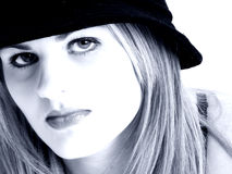 Mulher nova bonita em tons azuis Fotos de Stock Royalty Free