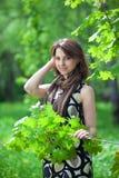 Mulher nova bonita em um parque Fotos de Stock
