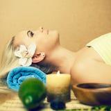 Mulher nova bonita em um salão de beleza dos termas Pele perfeita foto de stock
