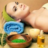 Mulher nova bonita em um salão de beleza dos termas Pele perfeita Skincare foto de stock