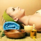 Mulher nova bonita em um salão de beleza dos termas Pele perfeita Skincare imagem de stock royalty free