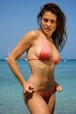 Mulher nova bonita em uma praia. Fotografia de Stock