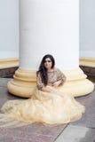 A mulher nova bonita está sentando-se Imagem de Stock Royalty Free