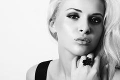 Mulher nova bonita Menina loura Retrato do monochrome da arte Fotos de Stock